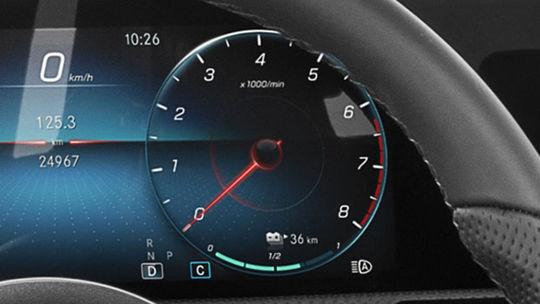 Mercedes-Benz A: Príde ako plug-in hybrid. Prezrádza to prístrojovka