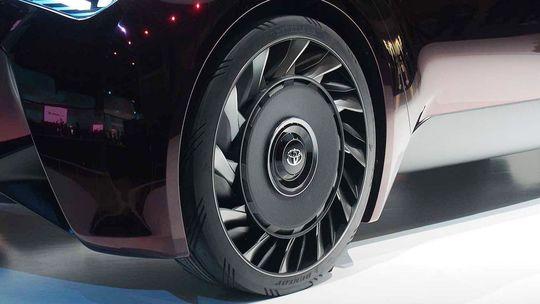 Toyota vyvíja pneumatiky bez vzduchu. Ako na kosačke