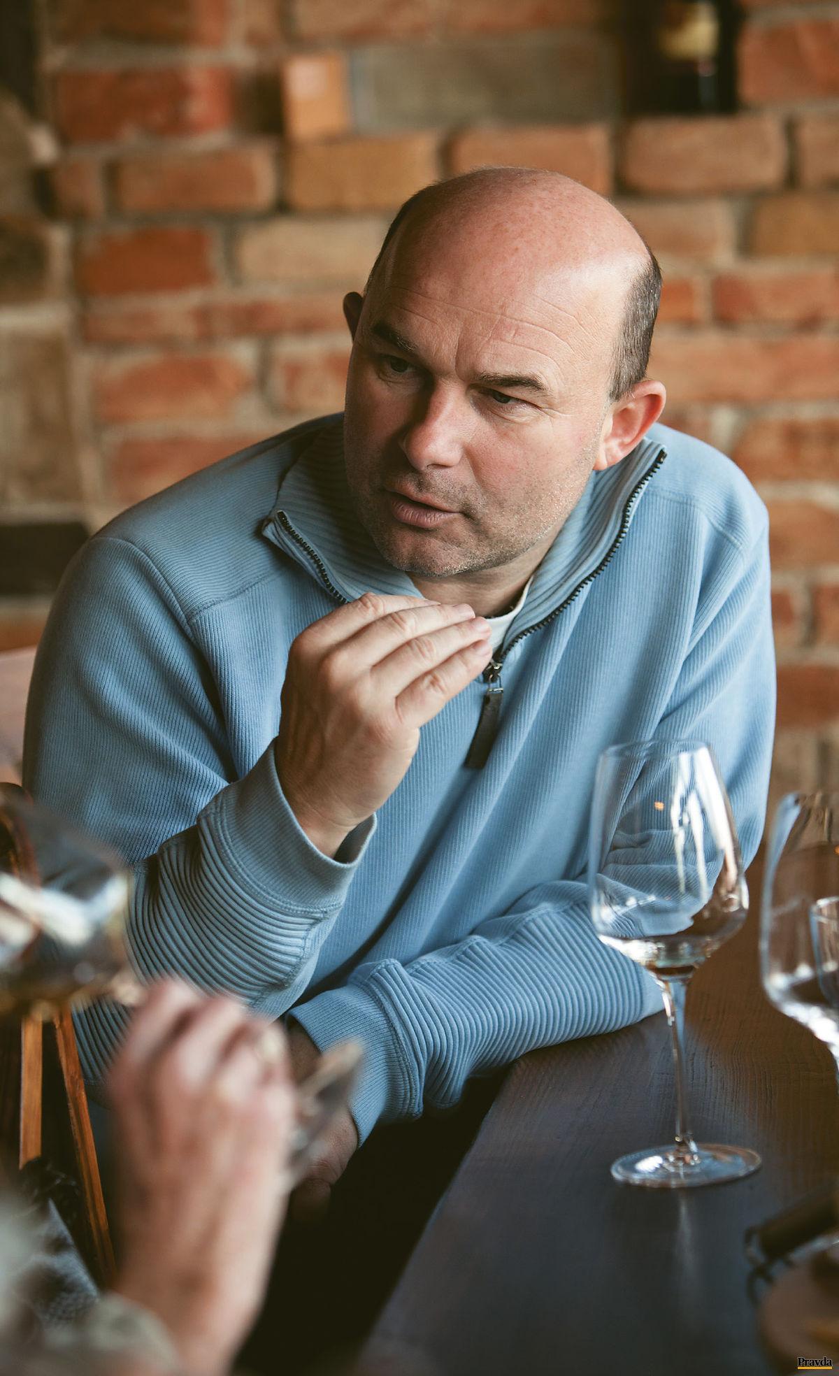 Víno stále stojí o krok vpredu a veľakrát si s vinárom robí, čo chce. Núti ho, aby znovu a znovu listoval vo veľkej učebnici prírody.