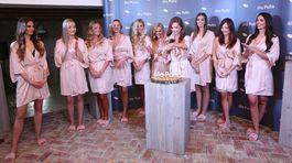 Známe sudičky oblečené v jemných ružových županoch.