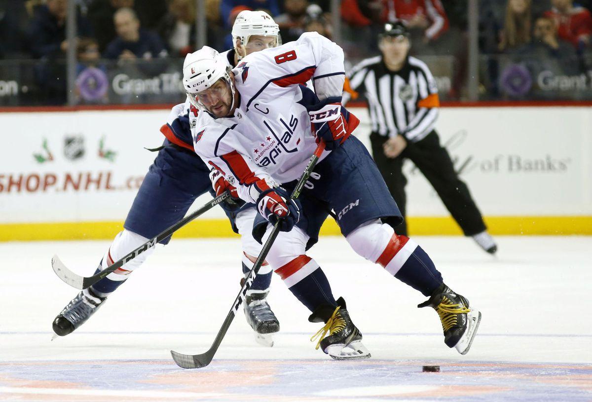 a33a6e9d58bd1 Hviezdny Alexander Ovečkin z Washingtonu počas zápasu na ľade New Yorku  Islanders.