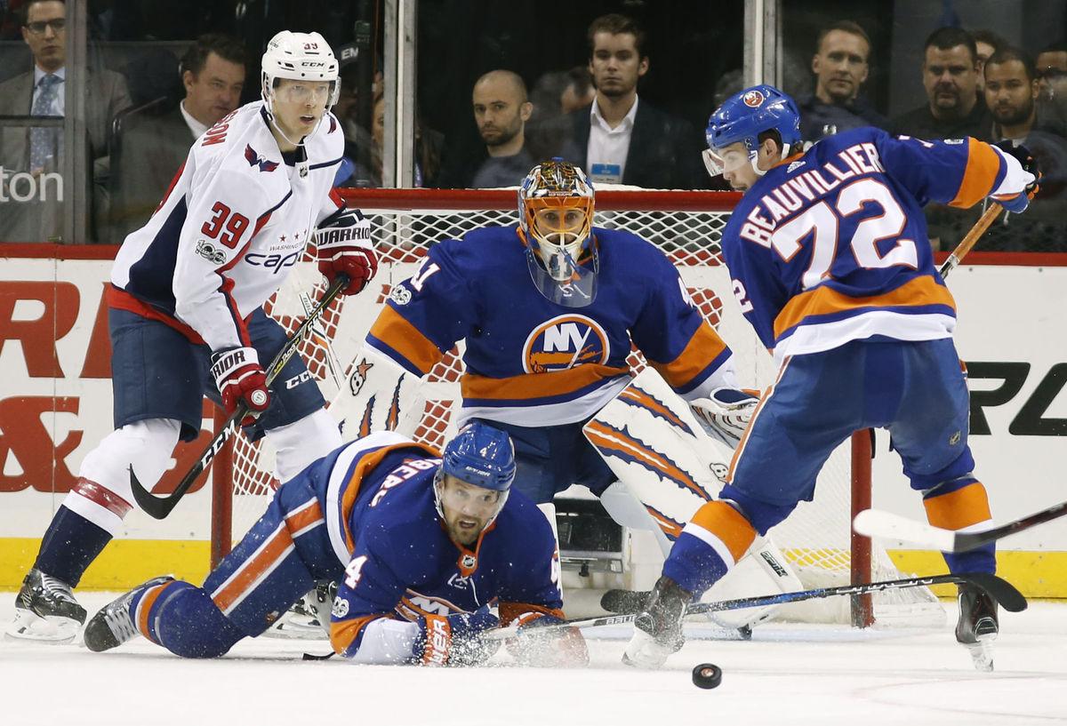 7ae9ea40ecbf3 Jaroslav Halák so spoluhráčmi z New Yorku Islanders čelia útoku Washingtonu.