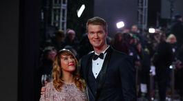 Herec Joonas Suotamo pózuje so svojou tehotnou partnerkou.