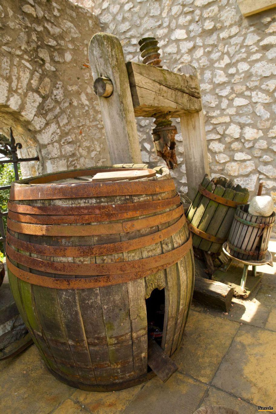 V priestoroch zámku návštevníci objavia aj dobové vinohradnícke sudy a lisy.