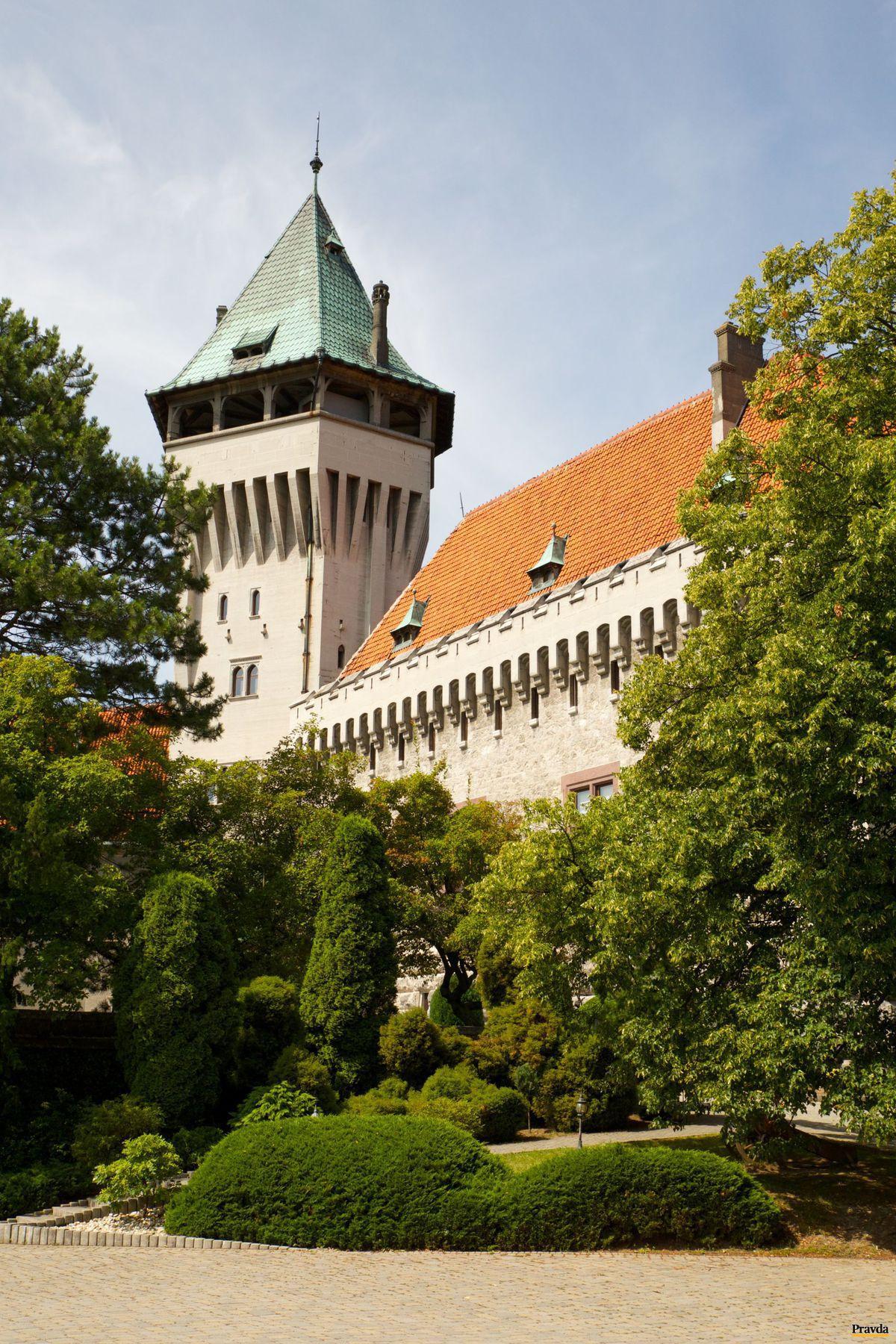 V prostredí Smolenického zámku sa víno príjemne degustuje.