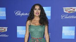 Herečka Salma Hayek predvádza svoje šaty Gucci