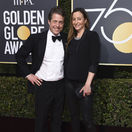 Herec Hugh Grant a jeho partnerka Anna Eberstein.