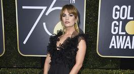 Herečka Lily James prišla v šatách Valentino.