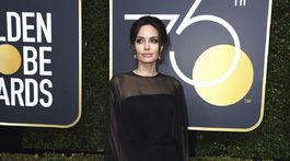 Hviezdna Angelina Jolie pózuje v šatách Atelier Versace.