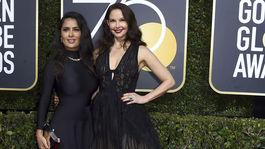 Salma Hayek (vľavo) v šatách Balenciaga a herečka Ashley Judd