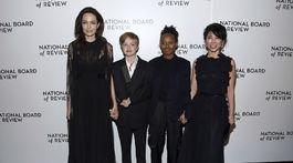Angelina Jolie (v šatách Valentino) so svojimi deťmi - zľava: Shiloh Jolie-Pitt, Zahara Jolie-Pitt