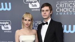 Herečka Emma Roberts si obliekla kreáciu Giorgio Armani a prišla s partnerom Evanom Petersom.