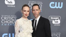 Herečka Kate Bosworth v šatách Brock Collection a jej manžel Michael Polish.