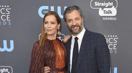 Herečka Leslie Mann v šatách J. Mendel a jej manžel Judd Apatow.