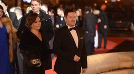 Herec Peter Sklár s manželkou prichádzajú na 18. Ples v opere.