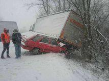 Na Slovensku sa šmýka, nehôd pribúda. Diaľnicu R1 uzavreli