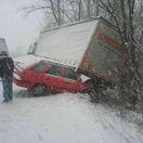 Pre husté sneženie boli komplikácie aj na večerných cestách