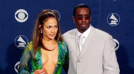 Rok 2000: Speváčka Jennifer Lopez v slávnych šatách Versace s výrazným výstrihom aj rozparkom.