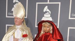 Rok 2012: Speváčka Nicki Minaj v červenom plášti Versace