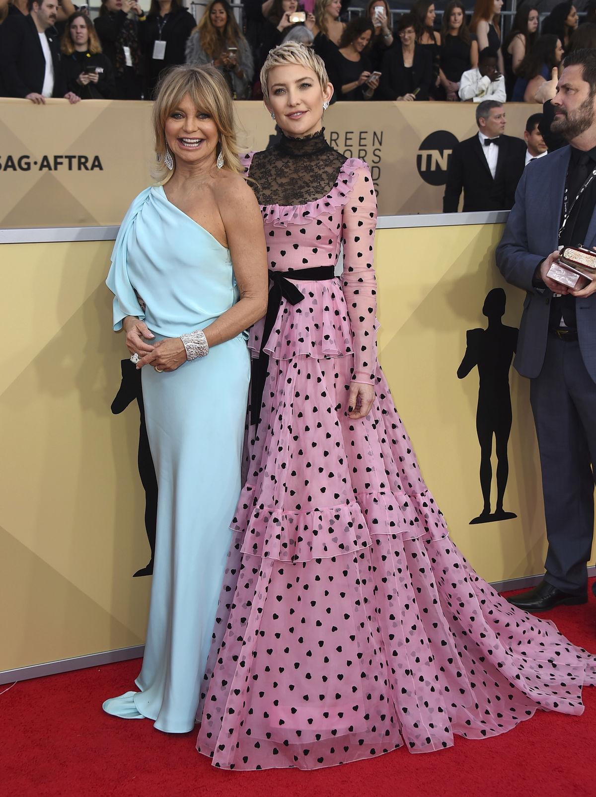 Herečka Kate Hudson (vpravo) v šatách Valentino. Jej mama Goldie Hawn si  obliekla c45902b6355