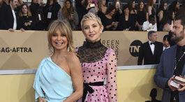 Herečka Kate Hudson v šatách Valentino. Jej mama Goldie Hawn si obliekla šaty od Monique Lhuillier.