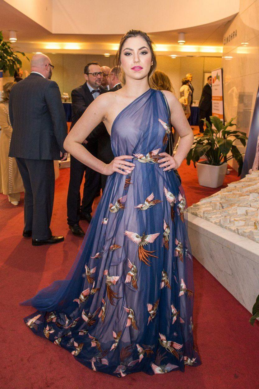 Speváčka Celeste Buckingham v šatách z kolekcie...