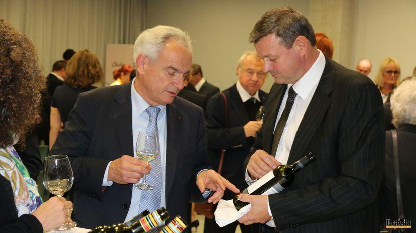 Ochutnávka slovenských vín: Šéf O.I.V. Jean-Marie Aurand a Ladislav Šebo (vpravo).