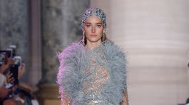 Modelka na prehliadke Elie Saab Haute Couture Jar-Leto 2018 v Paríži.
