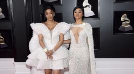 Cardi B (vľavo) a Hennessy Carolina pózujú spoločne. Cardi B v kreácii Ashi Studio.