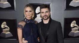 Juanes a jeho partnerka Karen Martinez.