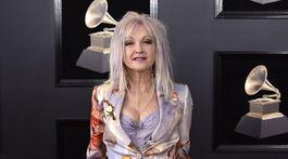 Speváčka Cyndi Lauper si obliekla značku Moschino.