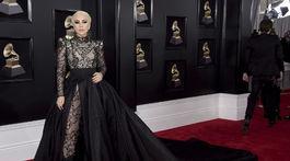 Speváčka Lady Gaga prišla v kreácii Armani Privé.