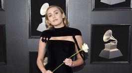 Speváčka Miley Cyrus dorazila na červený koberec v overale Jean Paul Gaultier.