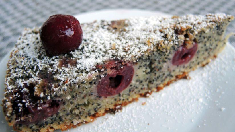 makový koláč s čerešňami a mandľami