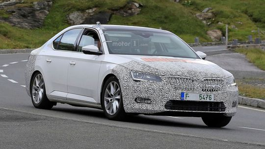 Škoda Superb: Vlajková loď sa chystá na facelift. Unikli snímky nárazníka