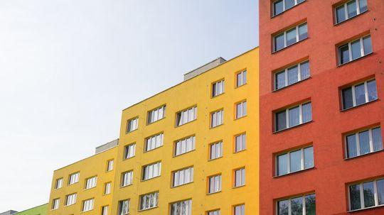 Krikľavé fasády vychádzajú z módy