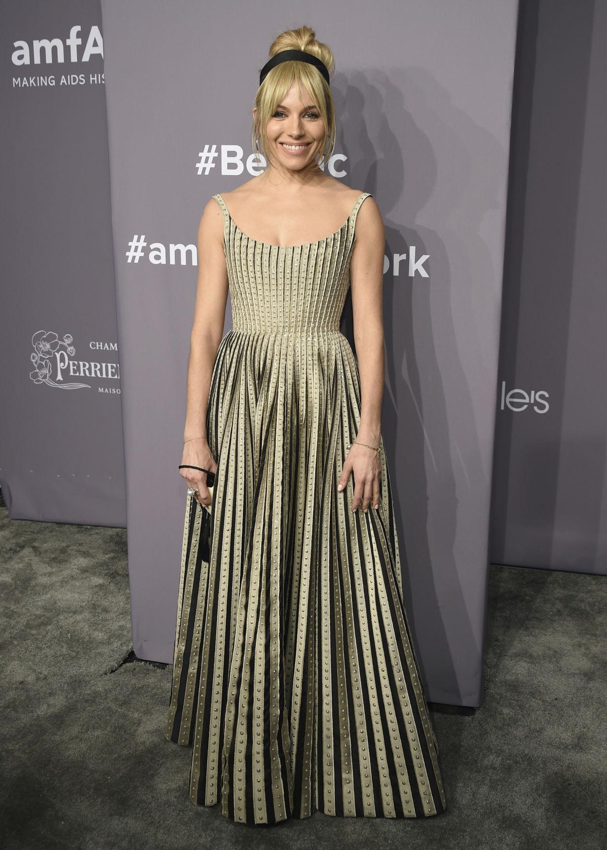 Herečka Sienna Miller v kreácii Christian Dior...