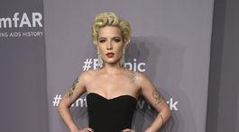 Speváčka Halsey sa predviedla v šatách s odvážnym rozparkom.