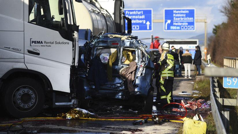 Nemecko, diaľnica A5, havária, kamión, osobné autá