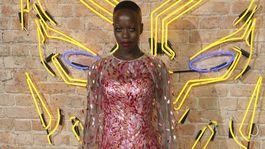 Herečka Florence Kasumba na premiére filmu Čierny panter v Londýne.