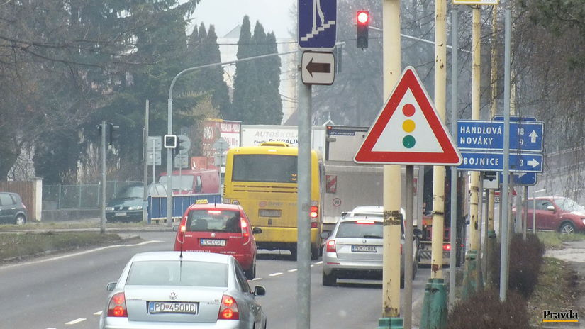 Prievidza, zápacha, dopravná, autá, semafor