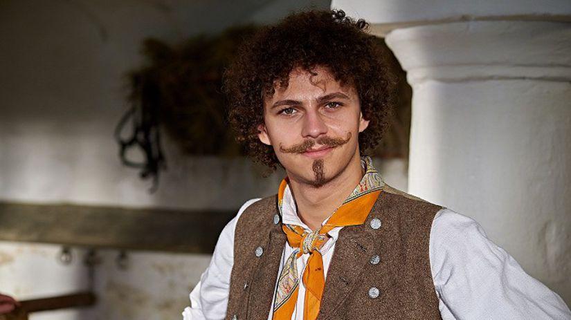 Herec Dominick Benedikt ako čert v rozprávke...