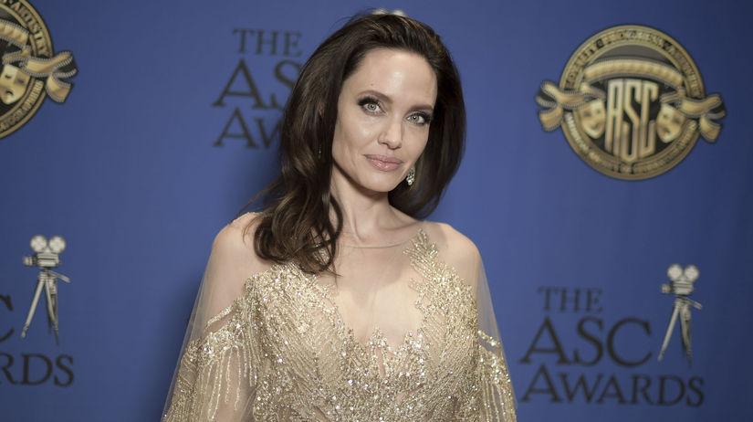 Herečka Angelina Jolie v kreácii Elie Saab...