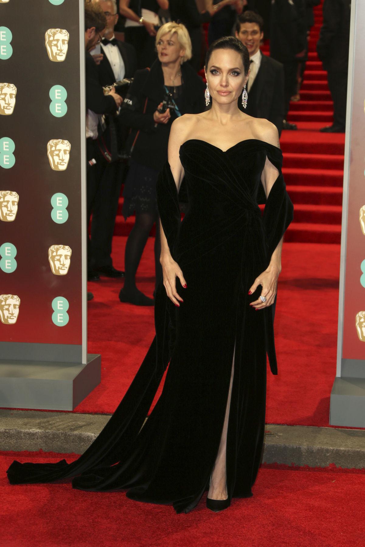Herečka Angelina Jolie v zamatovej kreácii.