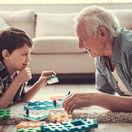 dôchodca chlapec dedko vnuk hra