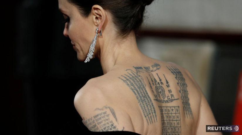 Herečka Angelina Jolie odhalila v šatách svoje...