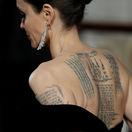 Herečka Angelina Jolie odhalila v šatách svoje tetovania.