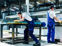 zamestnanci robotníci muži práca fabrika výroba