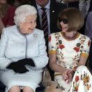 Britská kráľovná Alžbeta II. (vľavo) a šéfredaktorka magazínu Vogue Anna Wintour sa stretli v prvom rade prehliadky Richarda Quinna v Londýne.