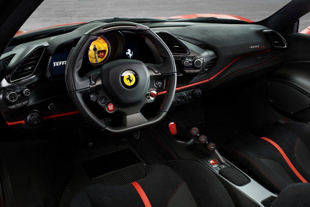 Interiér pripomína svet monopostov F1....